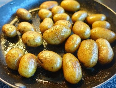 skillet pan of fried potatoes