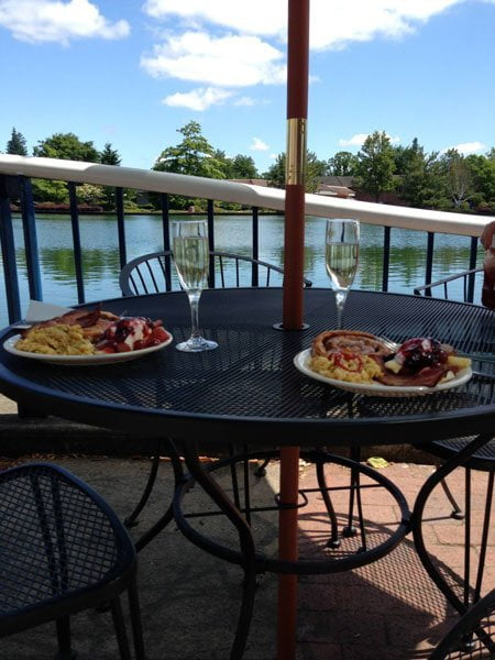 Outdoor dining at Lakeside Bistro